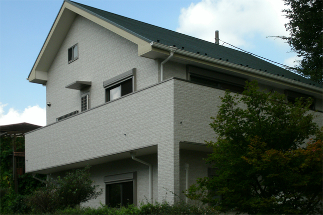 明るく落ち着いた板張りの家