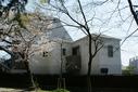 公園横の白い家