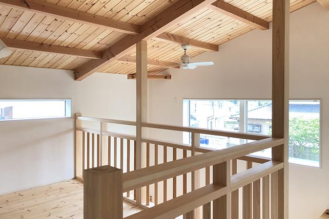 自然素材に囲まれた大屋根の家
